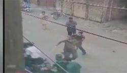 لاہور: لاک ڈاؤن کے دوران ایس ایچ او کا شہریوں پر تشدد، ویڈیو سامنے آگئی