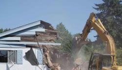 جرمنی: 42 لاکھ پاؤنڈ قرض ادا نہ کرنے پر بلڈوزر سے نئی عمارت تباہ
